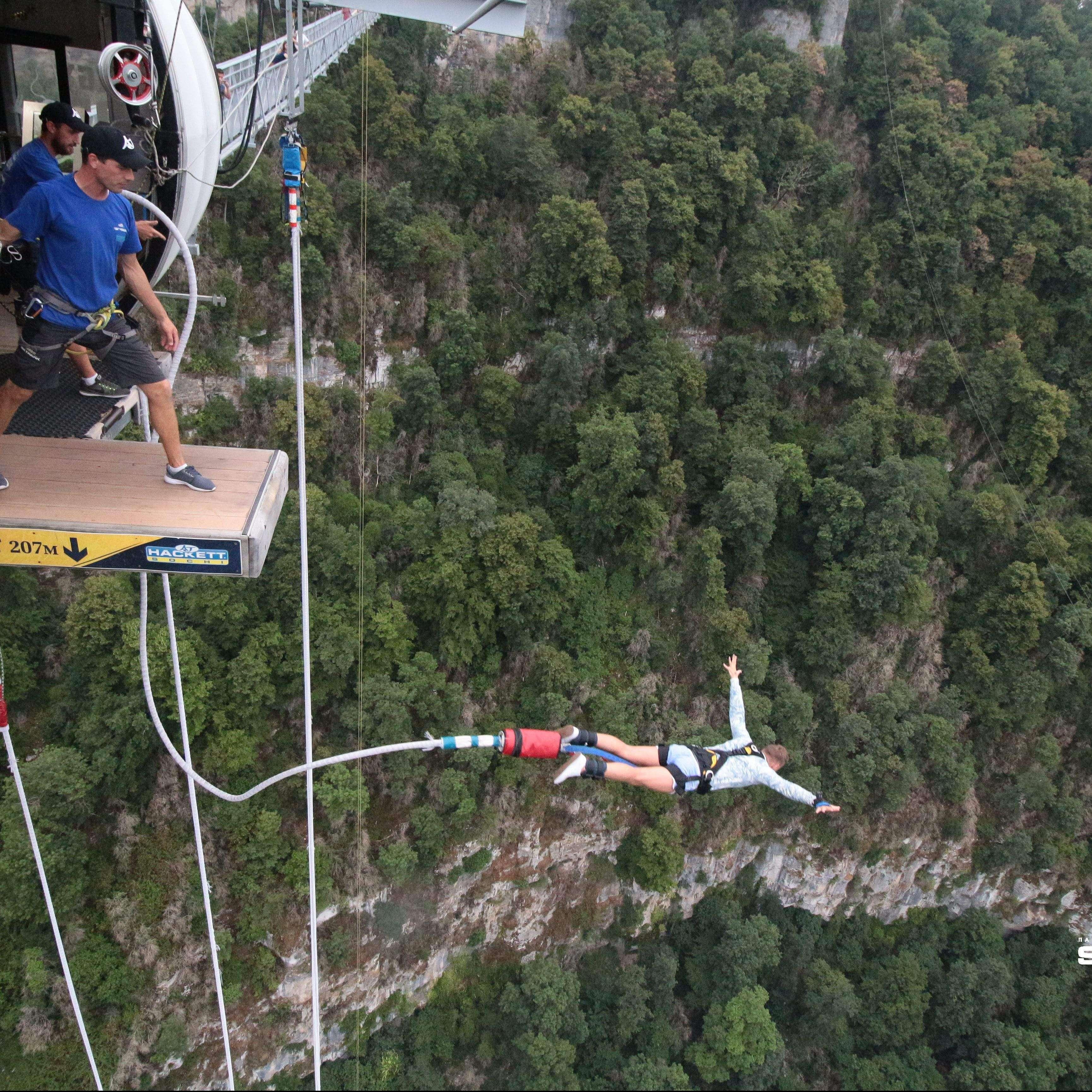 Ведущий со стальными нервами: экстремальный прыжок Bungy 207 метров в Сочи